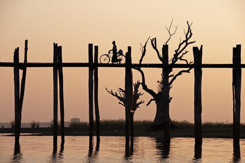 Crossing Taungthaman Lake